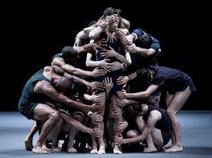 Integrantes da companhia de dança israelense Batsheva ensaiam para apresentação da obra 'Last Work', dirigida por Ohad Naharin, em teatro em Jerusalém (Foto: EFE/Abir Sultan) - http://epoca.globo.com/tempo/filtro/fotos/2015/05/fotos-do-dia-26-de-maio-de-2015.html