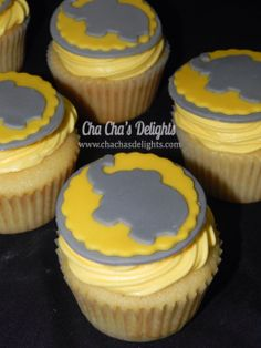 Vanilla cupcakes with elephant fondant toppers