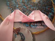 Nermosh Hobby World - Salvabrani Diy Ribbon Flowers, Satin Flowers, Ribbon Work, Ribbon Crafts, Fabric Flowers, Ribbon Embroidery Tutorial, Silk Ribbon Embroidery, Fabric Ribbon, Hand Embroidery