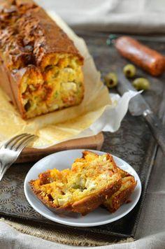Cake au chorizo, olives et fromage feta -Tangerine Zest          250 g de farine     3 œufs     150 g de chorizo     50 g de tomates séchées     100 g de feta     80 g d'olives vertes dénoyautées     100 d de gruyère râpé     10 cl d'huile d'olive     13 cl de lait tiède     5 feuilles de basilic frais cisellés     1 cuillère à café de romarin     1 sachet de levure chimique     Sel, poivre