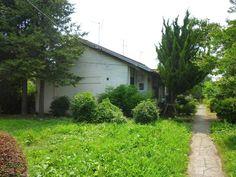 阿佐ヶ谷住宅。 .  昭和33年(1958年)にできた、 日本住宅公団による団地です。 .  赤い三角屋根の低層住宅棟は、 数多くの名作を残している、 前川國男の設計によるテラスハウスとして、 よく知られています。 .  テラスハウスというのは、 本場のヨーロッパとは、 若干意味が違うようですが、 境の壁を共有して、連続している、 いわゆる、 長屋のような形式の集合住宅です。 .  広々とゆとりある敷地に、 シンプルで美しい建物、 微妙なカーブを描いた街路等の絶妙な配置、 そして、あふれる緑。 ....