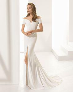 """Свадебное платье-футляр из крепа с короткими рукавами, горловиной-""""сердечком"""" и вырезом спереди. Коллекция Rosa Clará Couture 2018."""