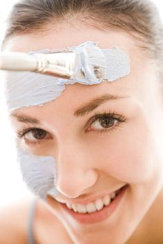 Heilerde-Masken helfen bei unreiner und fettiger Haut. Sie entziehen unnötigen Talg aus den Poren und verhindern so Verstopfungen
