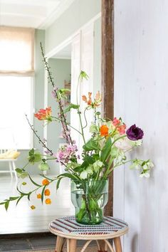 Today, more than ever the mid-century style is a strong presence in the world. Home Flowers, Happy Flowers, Bunch Of Flowers, Fresh Flowers, Beautiful Flowers, Arrangements Ikebana, Flower Arrangements Simple, Flower Vases, Bouquet Champetre