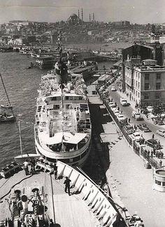 1954 yılında Karaköy Limanında bir yolcu gemisinden Karaköy, Galata Köprüsü ve Eminönü'ne bakış...