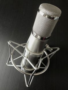 A beautiful microphone today, the Peluso P12, inspired by the legendary vintage AKG C12. Absolutely gorgeous and sounds incredible. https://www.kmraudio.com/peluso-p12.php