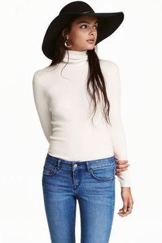 Maglia a collo alto a coste: Maglia a collo alto in jersey a coste. Modello corto e aderente. Maniche lunghe.