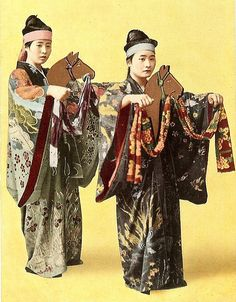 "The above is a half-tone postcard of Okinawan JURI girls. This studio pose shows a festive ""Okinawan Geisha"" Dance called in the Okinawan language Umagaa, or the JURI UMA (The Horse and ""Geisha""), Japanese Geisha, Vintage Japanese, Old Photos, Vintage Photos, Studio Poses, Japan Outfit, Japan Photo, Okinawa Japan, Nihon"