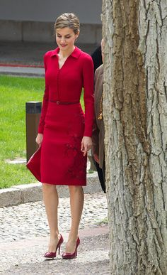 Queen Letizia of Spain poses for photographers at the University of Alcala de Henares for the Cervantes Prize award ceremony on April 2015 in Madrid, Spain. Beautiful Dresses, Nice Dresses, Dresses For Work, Formal Dresses, The Dress, Dress Skirt, Looks Kate Middleton, Elegantes Outfit, Professional Outfits