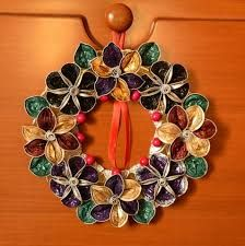 wreath made with Nespresso capsule Easy Christmas Decorations, Beaded Christmas Ornaments, Christmas Crafts, Cup Crafts, Diy And Crafts, Deco Table Noel, Theme Noel, Recycled Crafts, How To Make Wreaths