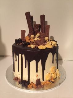 Chocolate Mud Cake with Caramel Buttercream. Dark chocolate drizzle with chocolate and caramel goodies on top cake Chocolate Drizzle Cake, Chocolate Bar Cakes, Chocolate Drip Cake Birthday, Bolo Drip Cake, Drippy Cakes, Caramel Mud Cake, Cake Hacks, Pecan Cake, Gateaux Cake