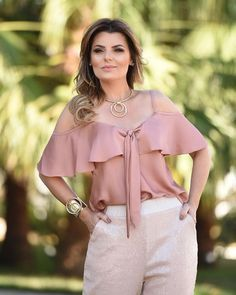 Ruffle makes good camouflage over the chest. And covers upper arm swelling. Will need insets probably for such a wide cold shoulder gap, and the neck will be too low. Casual Wear, Casual Outfits, Outfit Trends, Pinterest Fashion, Blouse And Skirt, Blouse Designs, Ideias Fashion, Fashion Dresses, Clothes For Women
