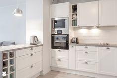 TROCHĘ KLASYCZNIE, TROCHĘ SKANDYNAWSKO - Średnia otwarta kuchnia w kształcie litery l z wyspą, styl skandynawski - zdjęcie od PRACOWNIE WNĘTRZ KODO