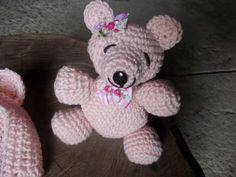 Kit de touca e ursinho confeccionado em crochê. <br>cor - rosa <br>detalhes - lacinhos <br>tamanhos - RN/ 1 a 3 meses ( touca) ursinho ( em media 16 cm)