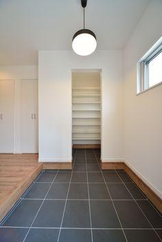 玄関ホール 大容量のシューズクロール。ベビーカーや、ゴルフバックも収納できます。 Hallway Designs, Shoe Closet, Room Interior, Tile Floor, Entrance, New Homes, Room Decor, Architecture, House