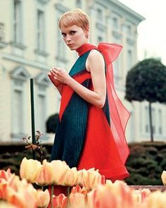 Actriz Mia Farrow, com vestido de Pierre Cardin. Mia farrow 1968 wearing Pierre Cardin (Shrimpton Couture recently sold a piece form this same collection and we currently have a solid brown dress using this same pleating technique! Mia Farrow, 1960s Fashion, Vintage Fashion, Women's Fashion, Look Gatsby, 1960s Looks, Moda Retro, Hollywood, Mode Vintage