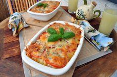 *Zapekané makaróny so syrom*  Cestoviny sú vďačné jedlo, ktoré sa dá pripraviť na veľmi veľa spôsobov. Mňa oslovila i táto kombinácia syra a paradajok. Inak dosť sýte syrové cestoviny boli tou paradajkou príjemne osviežené. Kto chce, môže si k tomuto jedlu pripraviť i ľahký zeleninový šalát.