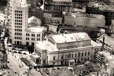 Teatrul Naţional, 1935 În spatele Palatului Telefoanelor, se observă Terasa Oteteleşanu Paris, Bucharest Romania, Timeline Photos, Time Travel, Old Town, Vintage Photos, Tourism, Louvre, Street View