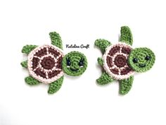 Crochet Turtle Appliques - Free and Easy patterns Free crochet pattern - Sea turtles Family Appliques - Tortues de mer How cute are these Sea turtles? They would be perfect for decorate a blanket! Crochet Pattern Free, Crochet Blanket Patterns, Crochet Motif, Crochet Stitches, Crochet Appliques, Crochet Easter, Crochet Puff Flower, Crochet Flowers, Applique Patterns