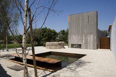 Construido en 2015 en Chamusca, Portugal. Imagenes por Fernando Guerra |  FG+SG. El proyecto de la Casa en Chamusca da Beira consiste en la recalificación de un pequeño agregado construido en una finca rural y en su ampliación con...