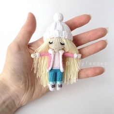 «В этой небольшой уютной компании мини кукол не хватало блондинки❄️❤️ Я назвала ее Клаудия в честь знаменитой топ-модели Рост 9 см, 100% хлопок,…»