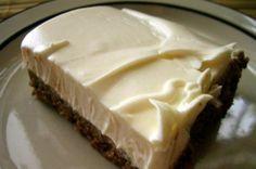 Τι χρειαζόμαστε: 250 γρ μαργαρίνη 2 κουβερτούρες 5 κουταλιές σούπας κορν-φλάουρ 1 γάλα εβαπορέ μεγάλο 1 ποτήρι νερό μεγάλο 5 κουταλι... Summer Desserts, Fun Desserts, Dessert Recipes, Dessert Ideas, Chocolate Fudge Frosting, Chocolate Desserts, Pastry Recipes, Cooking Recipes, Greek Cake
