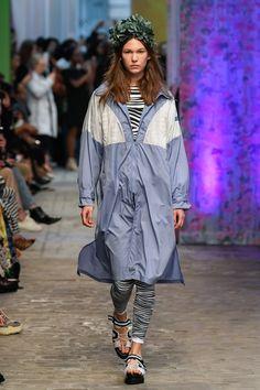 Tatras Prêt-À-Porter Printemps-Été 2020 - Défilé | Vogue Paris Vogue Paris, Belle Makeup, Editorial Hair, Order Checks, Paris Shows, Fashion Show, Paris Fashion, Mannequins, Rain Jacket