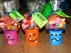 """Pâtes à modeler que j'ai recouvertes de carton pour suivre mon thème de """"Monstres"""" pour le premier anniversaire de mon petit garçon. J'avais également jumelé le tout à un sac de bonbons personnalisé! Les petits monstres ont approuvé mon idée... et la fête a été un succès......monstre!!! Lol!   Monster treats!!"""