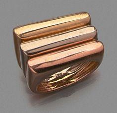 H.STERN BAGUE CHEVALIERE TROIS ORS de forme dissymétrique composée de trois anneaux accolés.
