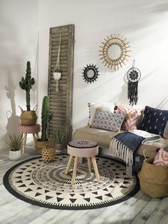 Un salon ethnique chaleureux et cosy #livingroom #miroir #mirror #plants #houseplants #coussin #pillow #tabouret #tapis #carpet #blackandwhite #cactus #wooden #ethnic #cosy #boho #myhome #tatihome #tatideco #deco #madeco #madecoamoi #homedecor #decoration #decorationideas #homesweethome #cocooning #inspirationdeco #newcollection #tati