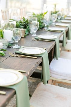 a natural winter wedding table with a greenery runner, candles, green napkins, gold cutlery - Weddingomania Wedding Reception Tables, Wedding Napkins, Wedding Table Settings, Wedding Table Runners, Wedding Cutlery, Wedding Stage, Wedding Mint Green, Sage Wedding, Rustic Wedding