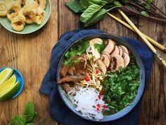 Spicy Pho suppe - vietnamesisk suppe med nudler og oksekød - lavet med shiratakinudler for en low carb version. God smag, få kulhydrater. Opskrift her: