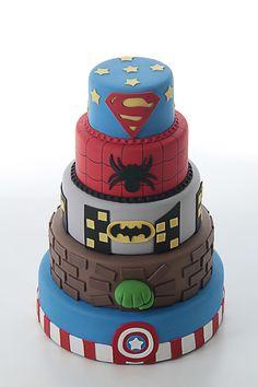 Bolo Super Heróis em 5 andares. Os meninos amam!    Temos também suporte para bolo, bandejas, personagens, velas personalizadas, tudo para compor o tema. Informe a data da festa e consulte!    Topo com 15cm de diâmetro