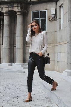 Zapatos Animal Print, Steve Madden, Zapatos Shoes, Leather Fashion, Pants, Street Style, Outfits, Chic, Leather Pants