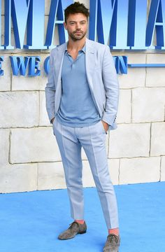 Best Dressed Men Of The Week. Dominic Cooper has nailed the summer suit at the world premiere of the film 'Mamma Mia! Here We Go Again' in London. A great light blue suit choice. Light Blue Summer Dress, Blue Summer Dresses, Summer Suits, Summer Men, Casual Suit, Casual Blazer, Mamma Mia, Formal Dresses For Men, Nice Dresses