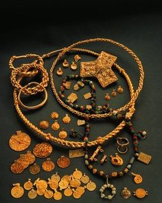 The gold treasure from the Viking Age found on the Hoen farm in 1875. (Photo: Museum of Cultural History, Oldsakssamlingen)