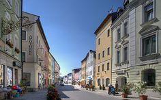 Einladend sind die Radwege und ein ca. 300 km umfassendes Wanderwegenetz mit herrlichen Ausblicken, u. a. nach Salzburg. Für Badefreunde gibt es beheizte Freibäder in Teisendorf und Neukirchen, jeweils idyllisch gelegen. Gerne besucht wird auch die gepflegte Kneipp-Anlage in Oberteisendorf-Kumpfmühle. Für Anhänger des Tennissports stehen Plätze in Teisendorf und Neukirchen zur Verfügung in Neukirchen ferner ein Skilift. Reitmöglichkeit wird in Teisendorf angeboten.