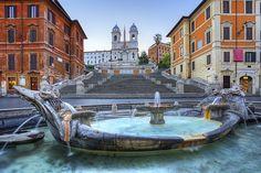 A Praça da Espanha (Piazza di Spagna, como chamada na Itália) é um dos grandes cartões-postais de Roma.