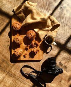 #кофекофе и вегетарианские маффины от женщины-великана (203 см) по имени Ингрид.  рецепт затейлив на первый взгляд, но на самом деле - три приседания. вот, что надо:  3 чашки муки (коричневой или белой) 1 чашка коричневого сахара  1 ч.ложка корицы 1 пакетик разрыхлителя (11 г) щепотка соли 1 чашка любого нейтрального растительного масла 1 чашка кокосового молока 2 чашки пюре из папайи  разогреть духовку до 175', подготовить формочки для маффинов (12 штук). хорошо смешать муку, сахар, соль…