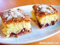 Dette er en veldig enkel kake, men enkle kaker kan også være veldig godt av og til. Kaken består av myk formkake med mild vaniljesmak og med masse små biter av høstens deilige plommer. Oppskriften er til liten langpanne.