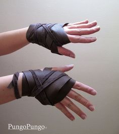 Khaleesi Gloves - Daenerys Targaryen Dothraki Cosplay Costume by PungoPungo on Etsy Glovies! Totally want these for my LARP character! Steampunk Accessoires, Steampunk Gloves, Game Of Thrones Cosplay, Game Thrones, Apocalyptic Fashion, Post Apocalyptic Clothing, Khaleesi, Daenerys Targaryen, Character Outfits