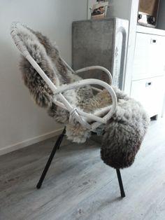 Rotan stoel met schapenvacht
