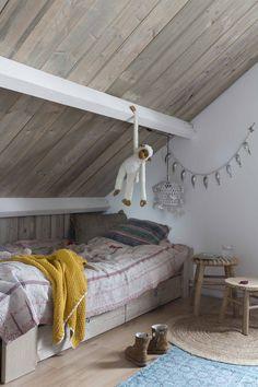Kinderkamer met houten dak   Kids bedroom with a wooden roof   vtwonen binnenkijken special 12-2017   Fotografie Anouk de Kleermaeker   Stylist Ilona de Koning