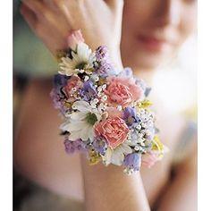 Alternativa al ramo de novia, un #corsage. Adorno floral de muñeca
