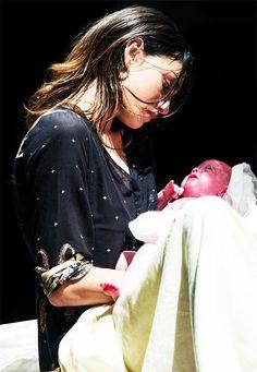 The Originals – TV Série - Hayley Marshall - Phoebe Tonkin - rainha - queen - lobo - Wolf - baby Hope Mikaelson - bebê - daughter - filha - amor - love - mother - mãe - mom - mamãe - 1x22 - From A Cradle To A Grave - Do Berço Para A Sepultura