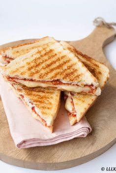 Grilled sandwich with tomato and chicken fillet Think Food, I Love Food, Good Food, Yummy Food, Comida Disney, Food Obsession, Food Goals, Cafe Food, Aesthetic Food