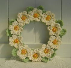 Pretty Crochet Daisy Wreath by((kransen-wreaths)) Crochet Daisy, Crochet Home, Love Crochet, Crochet Crafts, Yarn Crafts, Crochet Flowers, Crochet Projects, Knit Crochet, Crochet Stitches