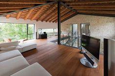 Legno e pietra sono i materiali utuilizzati dall'architetto Filippo Caprioglio nella ristrutturazione di un casale vicino Treviso