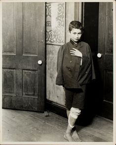 IlPost - Lewis W. Hine, attesa per l'apertura del dispensario. Hull House District, Chicago, 1910. Transfer from Photo League Lewis Hine Memorial Committee