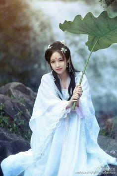 Chinese Dress / Kimono / Traditional Asian Fashion / Photography / Woman / Cosplay // ♥ More at: https://www.pinterest.com/lDarkWonderland/